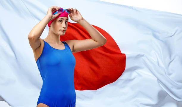 Schöne junge Sportlerin posiert vor der japanischen Flagge – Foto
