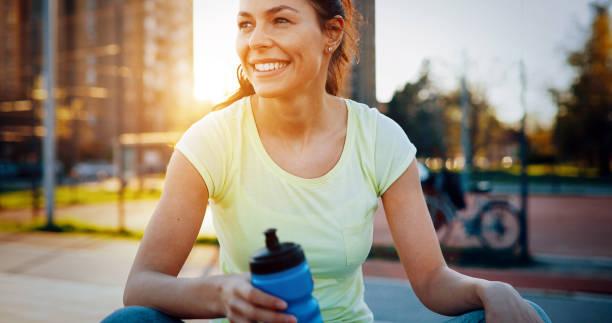 schöne junge weibliche jogger müde nach der ausführung - gewicht schnell verlieren stock-fotos und bilder