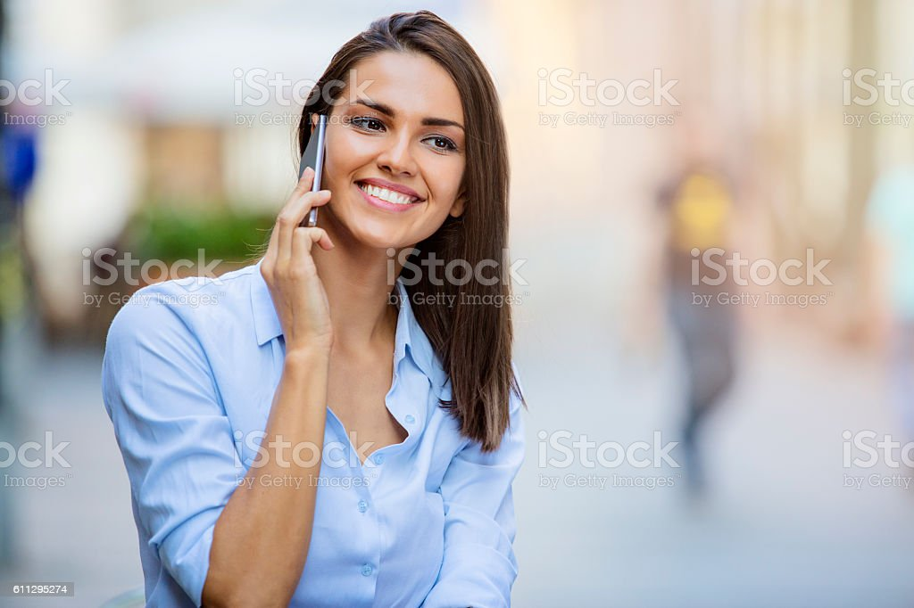 Beautiful young female using smartphone foto stock royalty-free