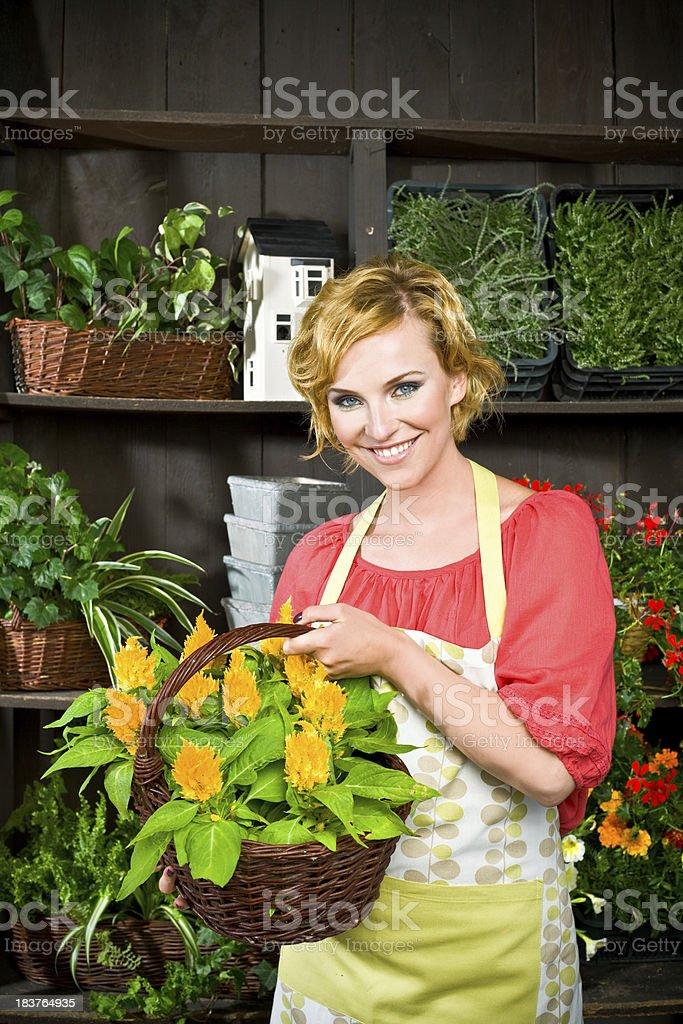 Schöne young florist im Blumenladen – Foto