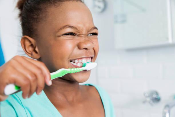 schöne junge mädchen ihre zähne zu putzen. - zähne putzen stock-fotos und bilder