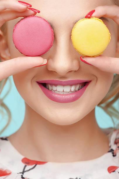 schöne junge mädchen macht spaß mit sweet food - make up torte stock-fotos und bilder