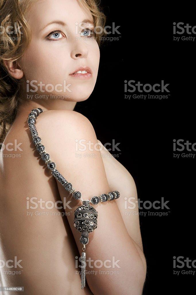 belle femme nue collier