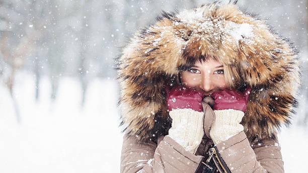 Schöne Junge Mädchen im Freien im Schnee mit Kapuze – Foto