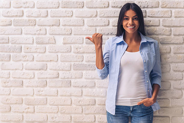 schöne junge mädchen  - damen jeans sale stock-fotos und bilder