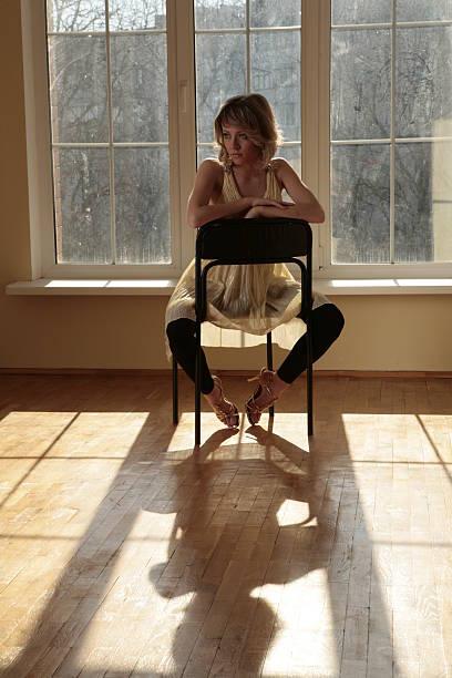 красивая молодая девушка сидя возле окна - vlad models стоковые фото и изображения