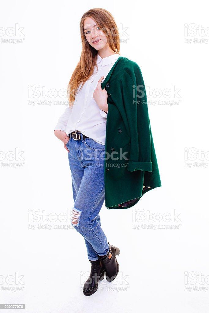 Jolie jeune fille debout dans une veste. - Photo