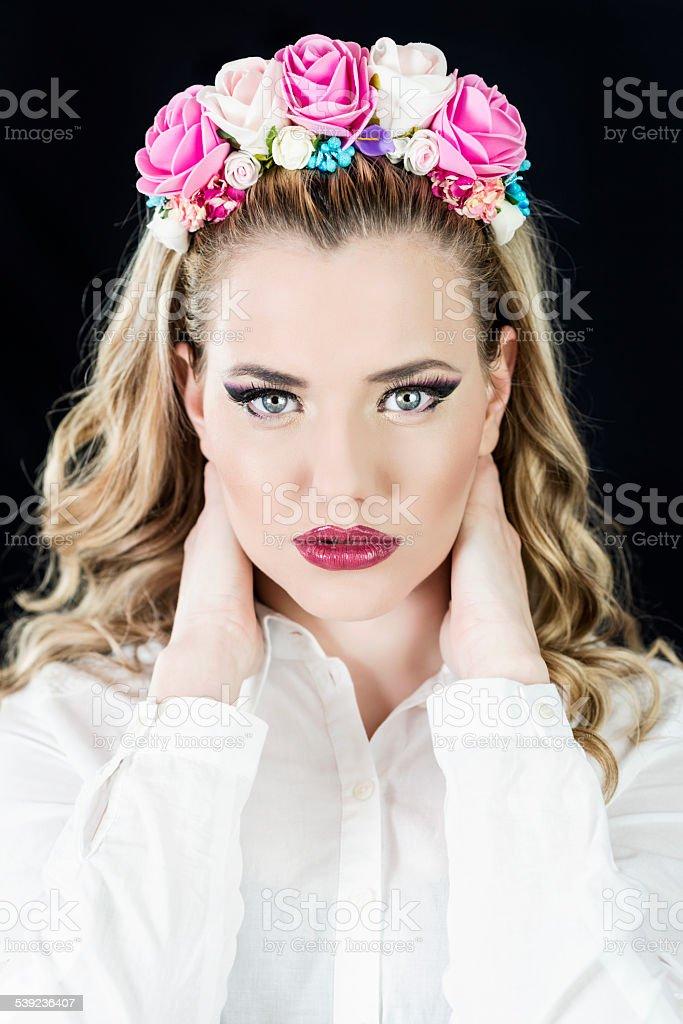 Hermosa Chica con flores en el pelo corona foto de stock libre de derechos