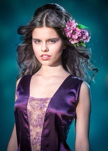 schöne junge mädchen mit blumen in den haaren - lila augen make up stock-fotos und bilder