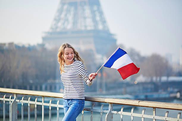 Jolie jeune fille avec vieux drapeau national - Photo