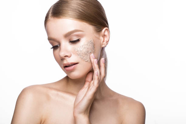 beautiful young girl with scrub on the skin, french manicure - exfoliant photos et images de collection