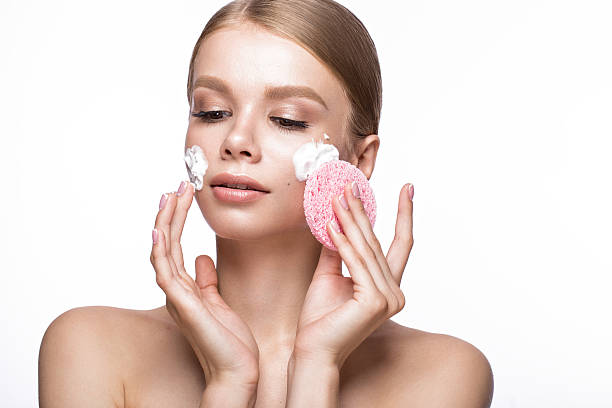 Beautiful young girl with sponge and foam cleanser, French manicure - foto de stock