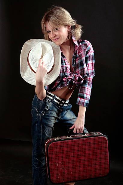 красивая молодая девушка с чемодан и шляпа в исполнение - vlad models стоковые фото и изображения
