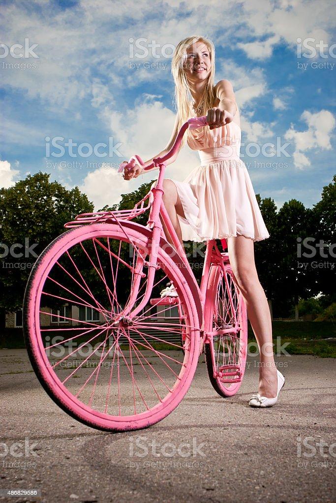sch ne junge m dchen mit retro fahrrad in pink gemaltes stock fotografie und mehr bilder von 16. Black Bedroom Furniture Sets. Home Design Ideas