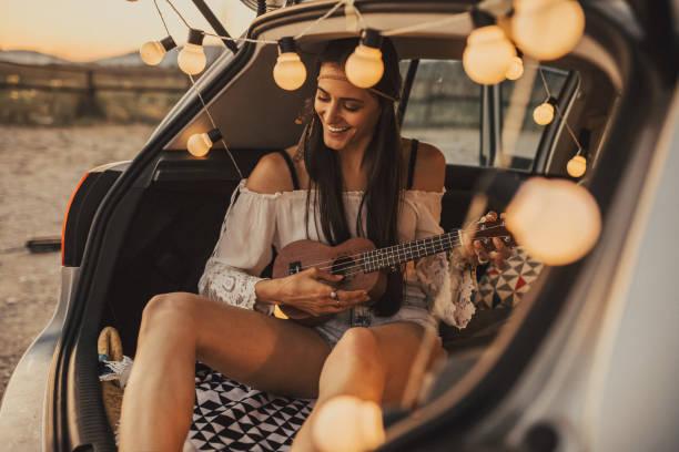 schöne junge hipster oder hippie frau ukulele zu spielen. - ukulele songs stock-fotos und bilder