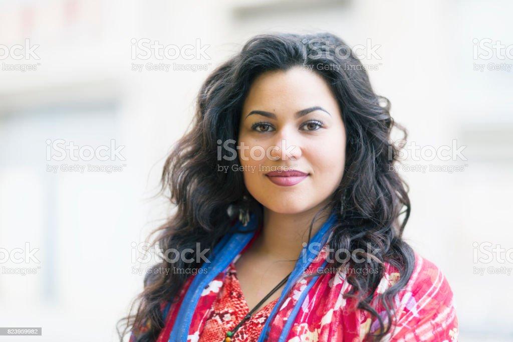 Schöne junge lateinamerikanische Frau Porträt – Foto