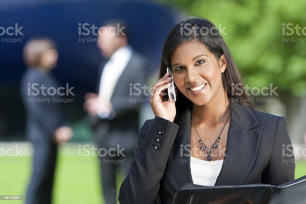 Bellissima giovane donna indiana asiatica sul suo cellulare foto stock royalty-free