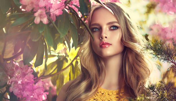 schöne junge modell im frühjahr blühenden garten. symbol der blühenden jugend. - blumen make up stock-fotos und bilder