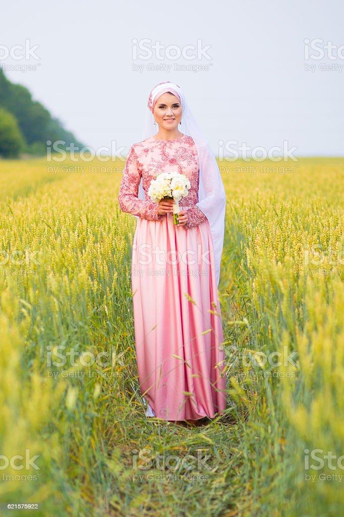 Belle jeune mariée prépare à accueillir un mariage oriental photo libre de droits