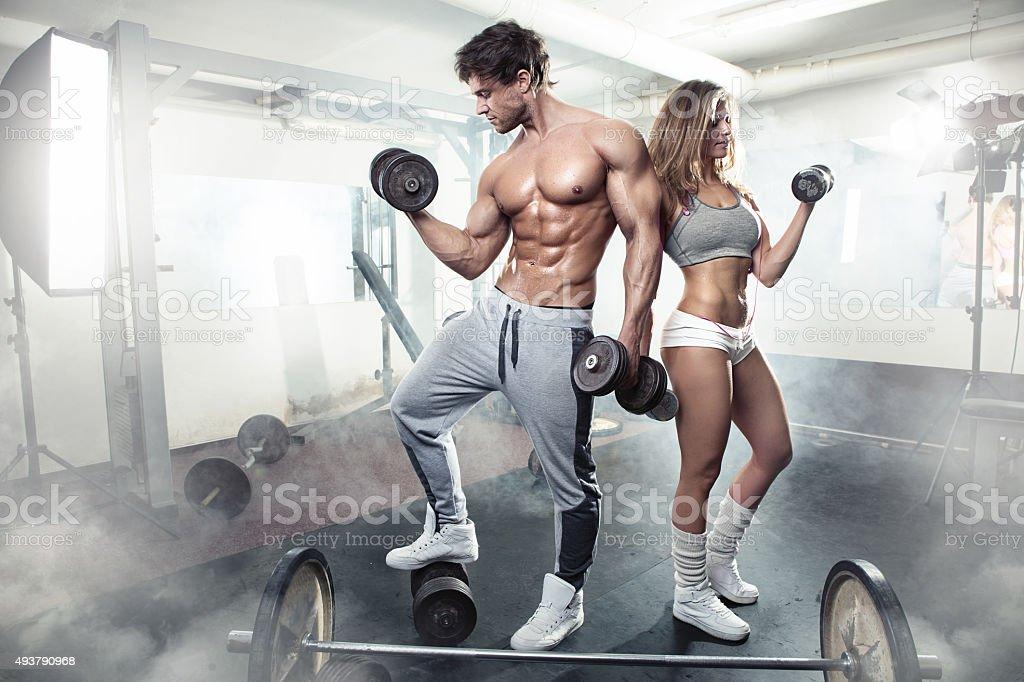 Hermosa sensual joven deportivo par hacer ejercicio en el gimnasio - foto de stock