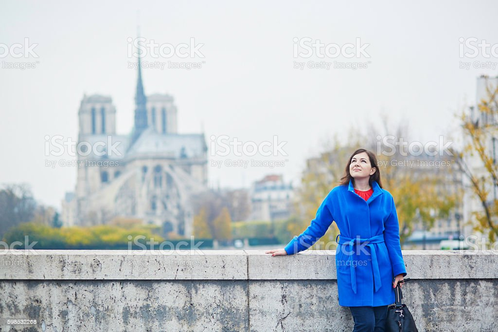 Belle jeune touriste à Paris sur une journée d'automne photo libre de droits