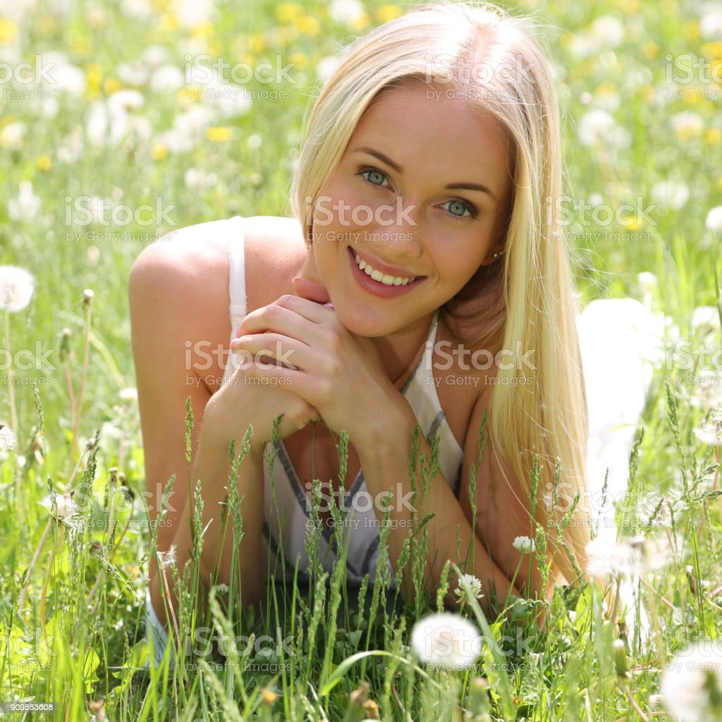 Schöne junge Frau in Blumen – Foto