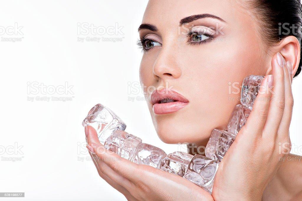Schöne Junge Frau wird die ice to face Lizenzfreies stock-foto