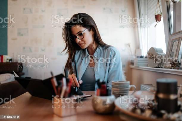 Foto de Mulher Jovem E Bonita Aplicar Maquiagem Em Casa e mais fotos de stock de Adulto