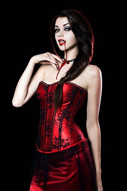 schöne junge frau in sexy vampir - teufel schminken stock-fotos und bilder