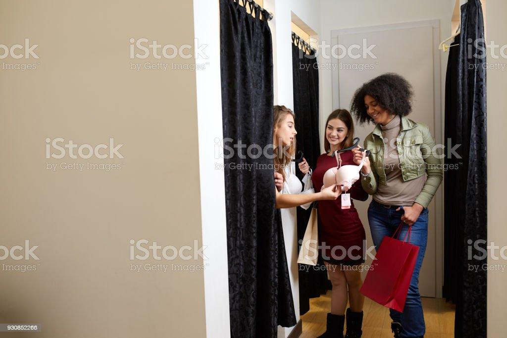 138d0df8e556 Hermosa Mujer Joven Pidiendo Un Dictamen De Amigos En La Sala De ...