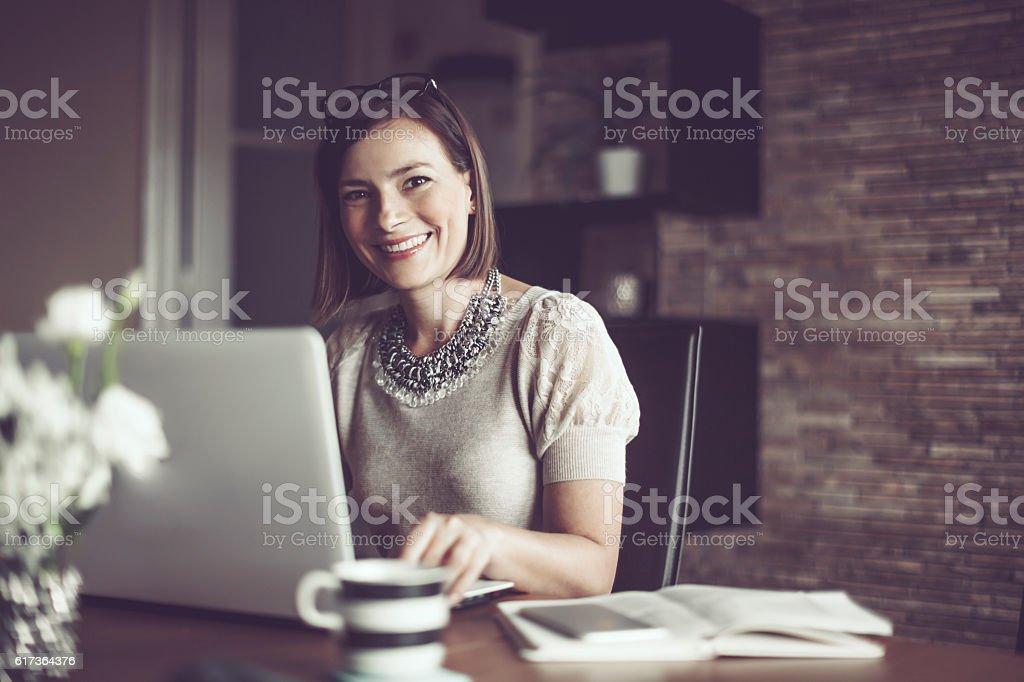 Schöne Junge Frau zu Hause - Lizenzfrei Arbeiten Stock-Foto