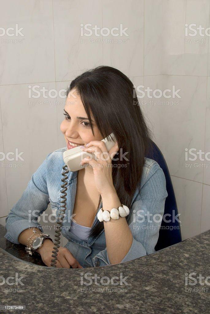 Schöne junge Frau am Empfang des Unternehmens – Foto