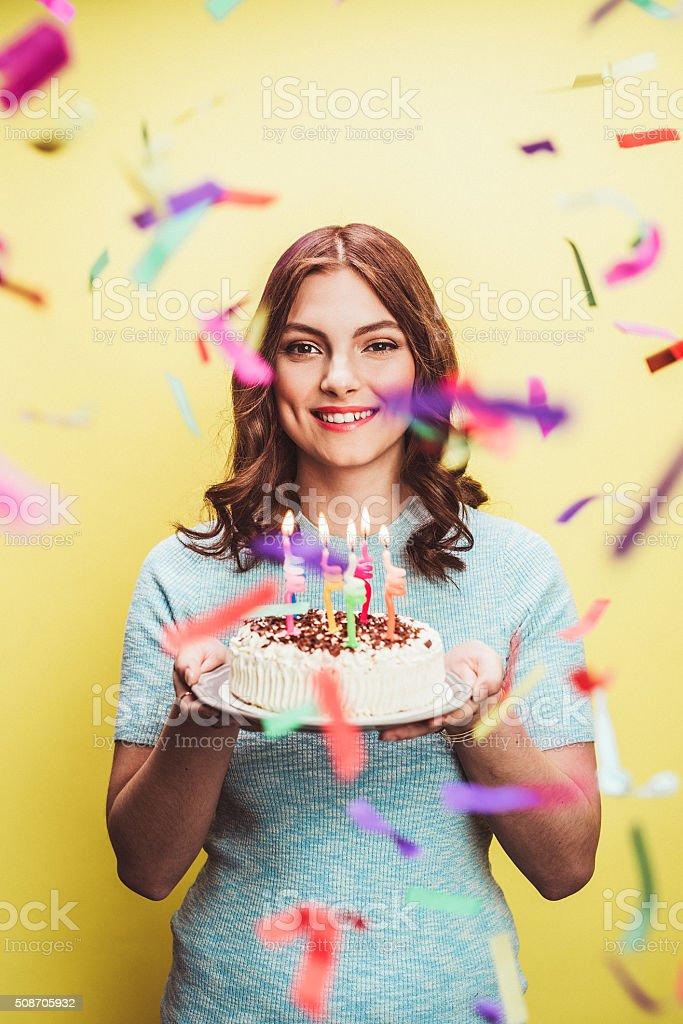 Schöne junge Frau feiern Ihren Geburtstag mit Kuchen – Foto