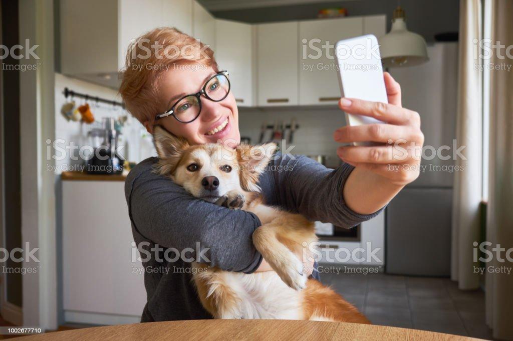 Frau tut es mit hund