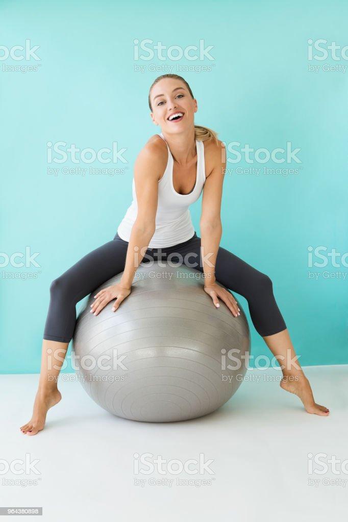 Mooie jonge vrouw thuis yoga doen. - Royalty-free 20-29 jaar Stockfoto