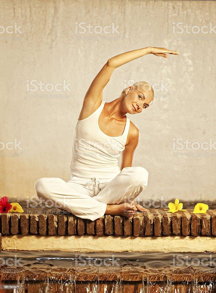 Bellissima giovane donna facendo esercizio di yoga foto stock royalty-free