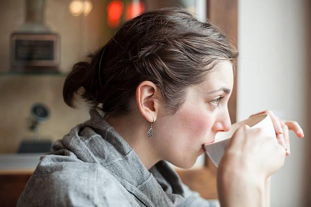 Schöne Junge Frau trinken Ihre Tasse Kaffee am Morgen – Foto