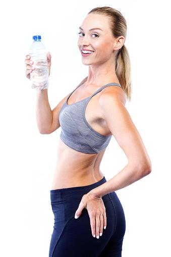 Foto de Mulher Jovem E Bonita Água Potável Depois De Fazer Exercício Sobre Fundo Branco e mais fotos de stock de Adulto