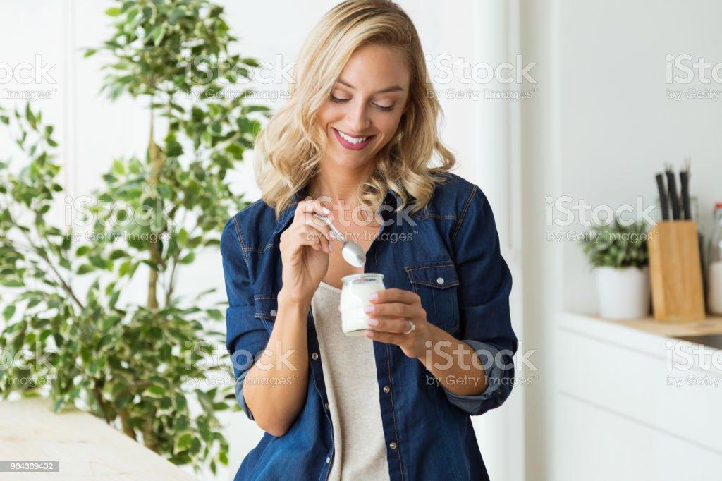 Mooie jonge vrouw yoghurt eten thuis. - Royalty-free Alleen volwassenen Stockfoto