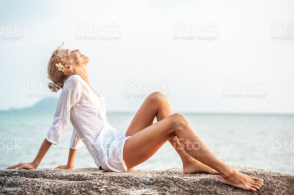 Beautiful young woman  enjoying the beach​​​ foto