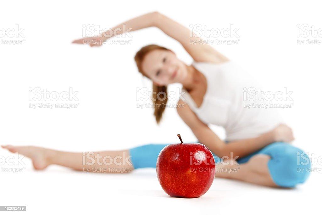 Belle jeune femme faisant de l'exercice isolé sur blanc - Photo