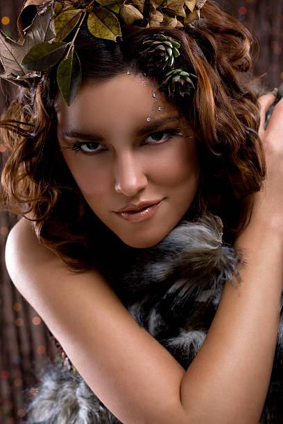 Hermosa joven mujer de moda modelo con maquillaje peinado Animalistic - foto de stock