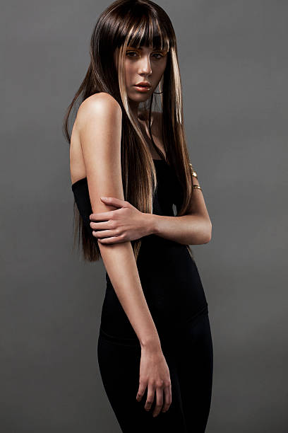 schöne junge frau, die mode-modell mit markierten haarverlängerungen - haarverlängerungsstile stock-fotos und bilder