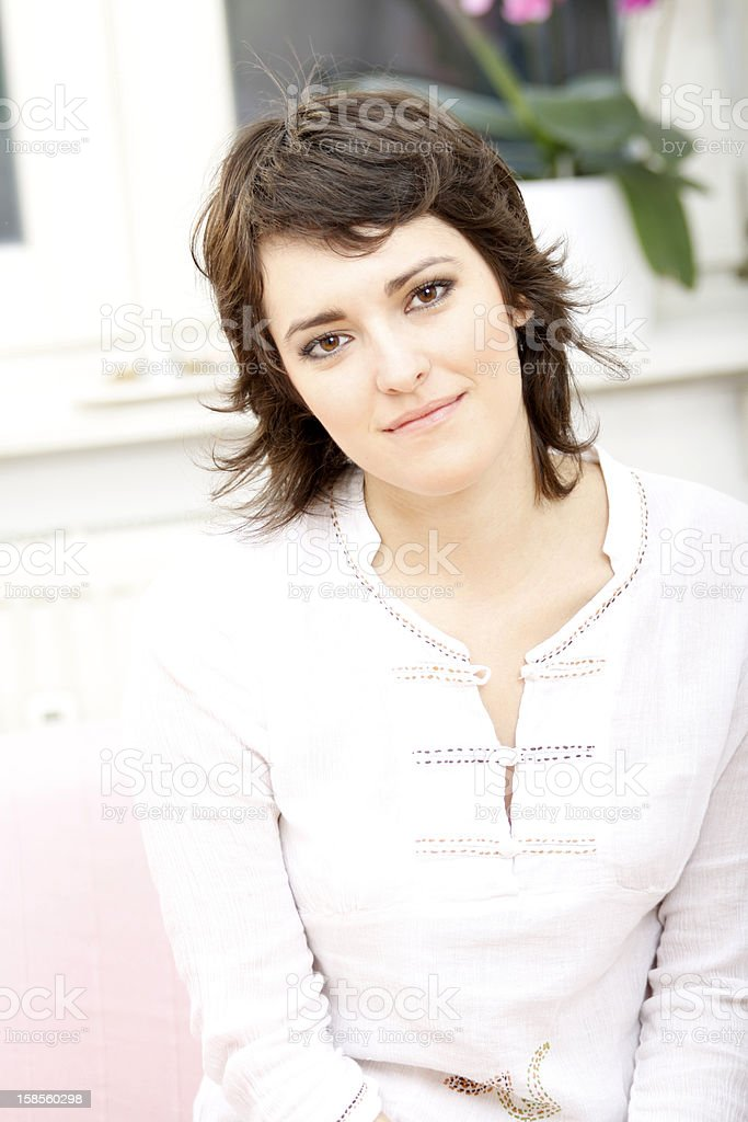 아름다운 젊은 여자의 만족스러웠다 느낌 royalty-free 스톡 사진