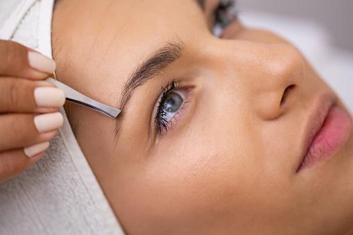Schöne Junge Frau Bekommt Augenbrauen Korrektur Verfahren Stockfoto und mehr Bilder von Auge