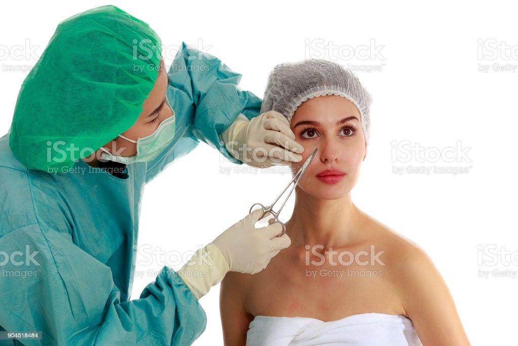 Schöne junge Frau ruft Naht Vorgang, Facelifting Chirurgie in der Kosmetik-salon – Foto