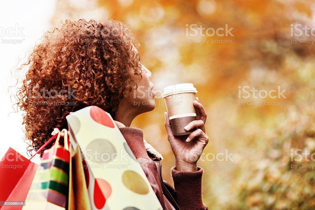 Beautiful young woman having hot drink and shopping. foto de stock royalty-free