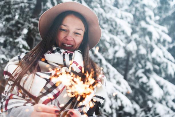Sparkler cale de belle jeune femme à la main et s amuser en vacances d bb6b68008a2