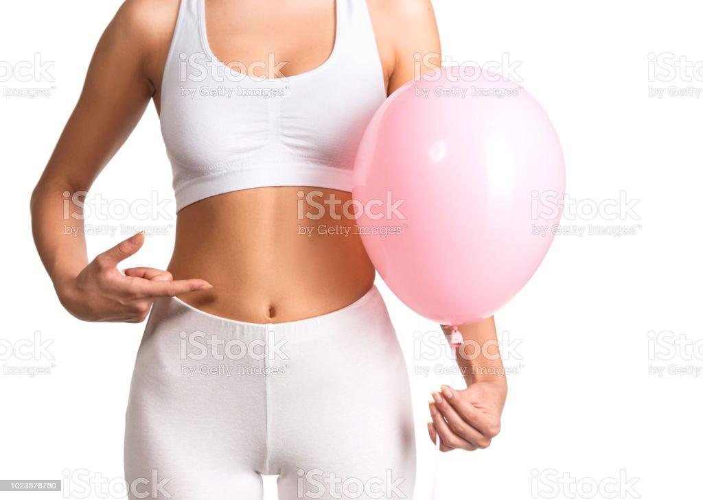 Schöne junge Frau mit einem rosa Ballon – Foto