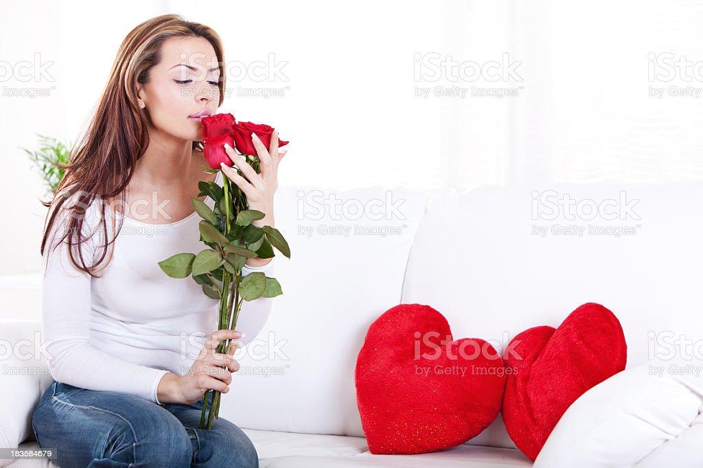 Красивая молодая женщина, держа Букет из красных роз стоковое фото